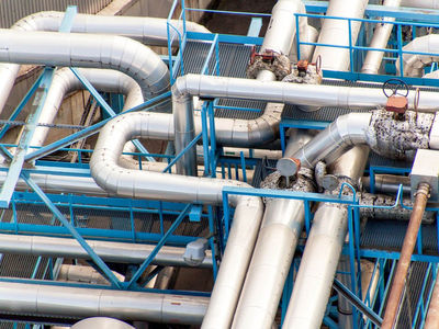 India's Petronet LNG , the country's largest importer of liquefied natural gas , is looking to buy the super-chilled fuel through a long term contract